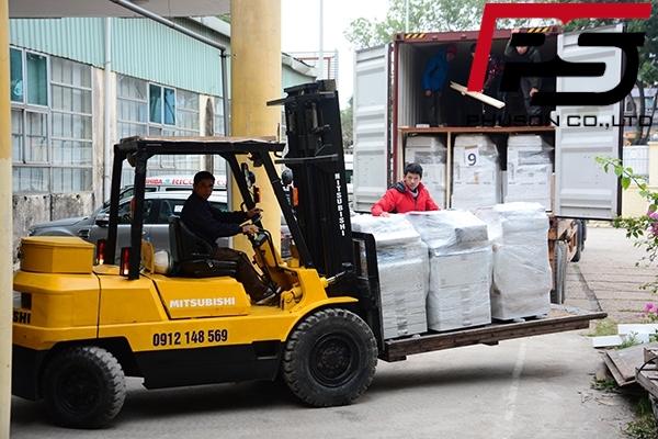 Chuyến container hàng đầu tiên về kho năm 2019